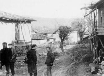 Komer olayından sonraki kaçaklık günlerinde Amasya'nın Taşova İlçesi'nin bir köyünde. Sol önde Halil Çelimli, hemen arkasında Taylan Özgür; ortada İbrahim Seven, sağında Yusuf Aslan.